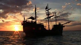 Nave de pirata en la puesta del sol almacen de metraje de vídeo