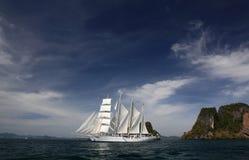 Nave de podadoras bajo la vela llena Imagen de archivo libre de regalías