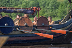 Nave de Viking en el río Imagen de archivo libre de regalías