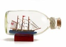 Nave decorativa en la botella de cristal Foto de archivo libre de regalías