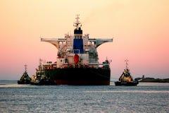 Nave del carbón que sale del puerto Imagen de archivo libre de regalías