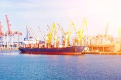 Nave del carguero de graneles en el puerto en el cargamento Buque de carga a granel debajo del puente de la grúa del puerto Fotos de archivo libres de regalías