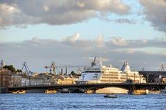 Nave del crucero cerca del puente de Blagoveschensky fotografía de archivo libre de regalías