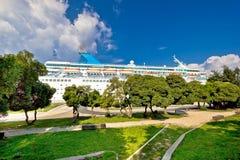 Nave del crucero en la opinión del parque del muelle Imagen de archivo libre de regalías