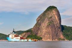 Nave del lanzador de Maersk en la bahía de Guanabara imagen de archivo