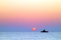 Nave del mar en la puesta del sol Fotografía de archivo libre de regalías