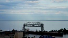 Nave del mineral de hierro que va debajo del puente de elevación aéreo histórico en Duluth, Minnesota Lapso de tiempo almacen de metraje de vídeo