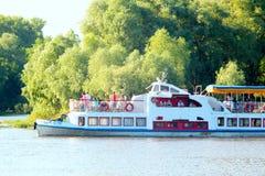 Nave del motor de la 'promenade' con los pasajeros en el río de Desna Imagen de archivo