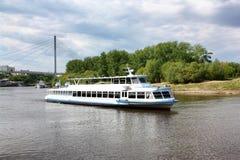 Nave del motore sul fiume fotografia stock