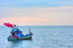 Nave del pescatore nel mare Immagini Stock