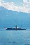Nave del traghetto dell'acqua con la bandiera dello svizzero nel lago Lemano Losanna Immagine Stock Libera da Diritti