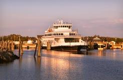 Nave del traghetto, pali di legno Oceano Atlantico NC U.S.A. Esponga al sole il cielo delle nuvole di rosa di aumento fotografia stock libera da diritti