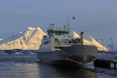 Nave del traghetto su Ullsfjord Immagini Stock Libere da Diritti