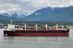 Nave del transporte a granel en el acceso de Vancouver (Canadá). Fotografía de archivo libre de regalías