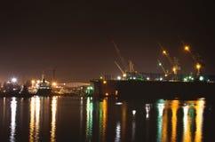 Nave del trasporto del carico con il ponte della gru nel cantiere navale di riparazione Immagini Stock Libere da Diritti