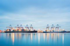 Nave del trasporto del carico del contenitore con il funzionamento Immagini Stock Libere da Diritti