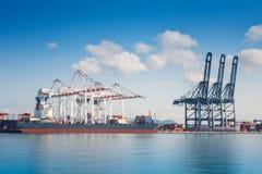 Nave del trasporto del carico del contenitore con il funzionamento Fotografie Stock