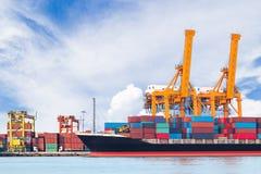 Nave del trasporto del carico del contenitore con il ponte di caricamento funzionante della gru Fotografie Stock