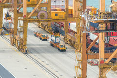 Nave del trasporto del carico del contenitore con il ponte di caricamento funzionante della gru i Immagini Stock