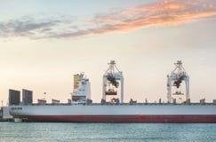 Nave del trasporto del carico del contenitore con la gru funzionante Fotografia Stock Libera da Diritti
