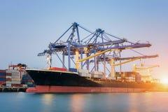 Nave del trasporto del carico del contenitore con la gru funzionante Fotografie Stock