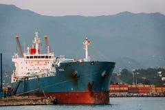 Nave del trasporto della chiatta nel bacino del porto su Sunny Evening At Sunset Or Unione Sovietica Immagine Stock