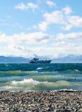 Nave del whith del paisaje marino en fondo de las montañas Imagenes de archivo