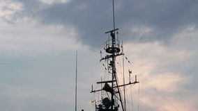Nave dell'antenna nel cielo di sera video d archivio