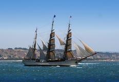 Nave della vela in una partenza del fiume Fotografie Stock