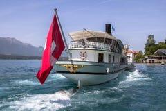 Nave dello svizzero dell'incrociatore sul lago immagini stock libere da diritti