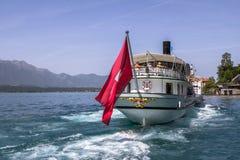 Nave dello svizzero dell'incrociatore sul lago fotografie stock