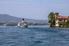 Nave dello svizzero dell'incrociatore sul lago immagini stock