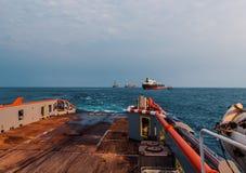 Nave di AHTS che fa sollevamento statico dell'autocisterna di rimorchio Lavoro del rimorchiatore dell'oceano fotografie stock
