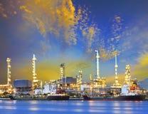 Nave di autocisterna e pianta petrochimica di industria della raffineria di petrolio con la b immagine stock