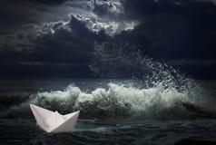 Nave di carta nel concetto della tempesta Fotografia Stock