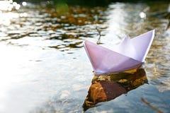 Nave di carta nel lago Fotografia Stock Libera da Diritti