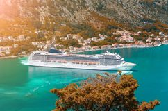 Nave di Cuise che lascia le acque del turchese della baia di Cattaro montenegro immagini stock libere da diritti
