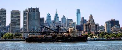 Nave di dragaggio sul fiume Delaware da Filadelfia fotografia stock