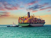 Nave di fianco all'assistente del porto dai rimorchiatori immagini stock libere da diritti