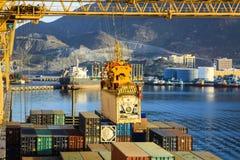 Nave di fianco nel porto di Khorfakkan, Emirati Arabi Uniti Immagini Stock