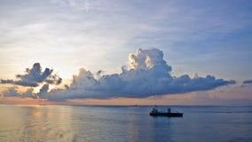 Nave di navigazione al tramonto Fotografie Stock Libere da Diritti