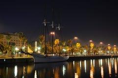 Nave di navigazione a Barcellona alla notte Fotografie Stock