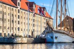 Nave di navigazione davanti al centro culturale di Copenhaghen fotografia stock