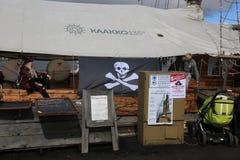 Nave di navigazione finlandese Vivan vicino al pilastro Stile del pirata immagini stock