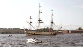 Nave di navigazione militare antica russa di combattimento su una parata festiva in San Pietroburgo in Neva River e nelle barche  archivi video