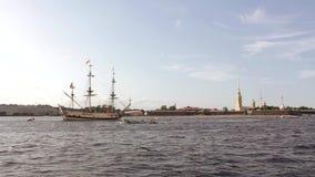 Nave di navigazione militare antica russa di combattimento sulla parata in San Pietroburgo in Neva River e nelle barche turistich stock footage