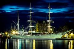Nave di navigazione nel porto alla notte Fotografia Stock