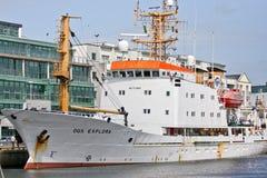 Nave di OGS Explora nel porto di Galway, Irlanda immagini stock