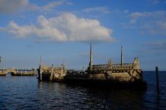 Nave di pietra nel mare immagine stock
