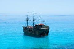 Nave di pirata nera sul mare blu Vista posteriore Fotografia Stock Libera da Diritti